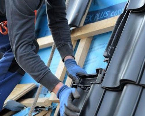 Dakrenovatie dakpannen-leggen-door-dakdekker